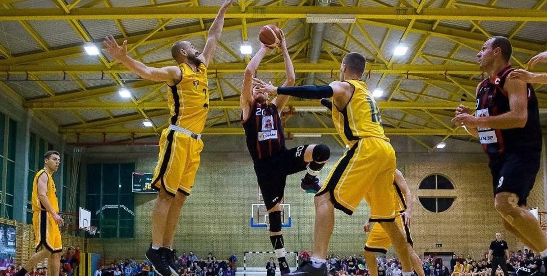 Trzy ostatnie pojedynki derbowe wygrali koszykarze Tura Basket Bielsk Podlaski (na czarno)