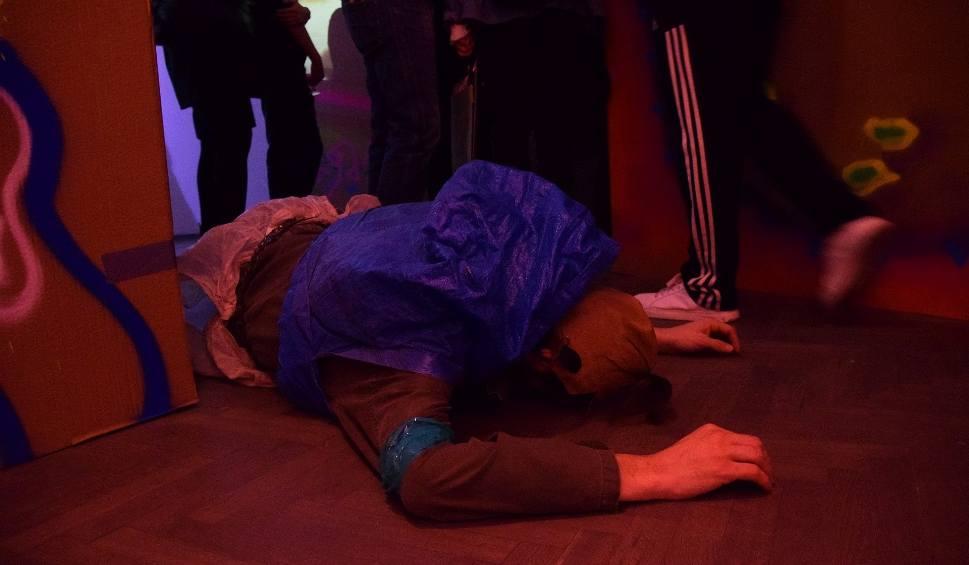 """Film do artykułu: Galeria Arsenał. Krzysztof Garbaczewski - wystawa """"Badania terenowe"""" - performance i tłumy gości (zdjęcia, wideo)"""
