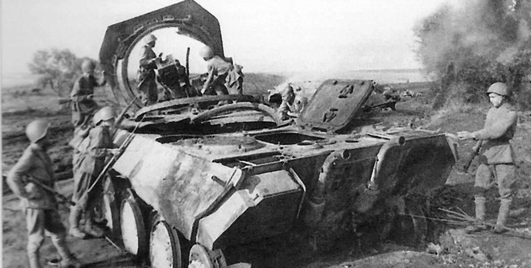 Żołnierze radzieccy przy wraku zniszczonego czołgu PzKpfw V Panther