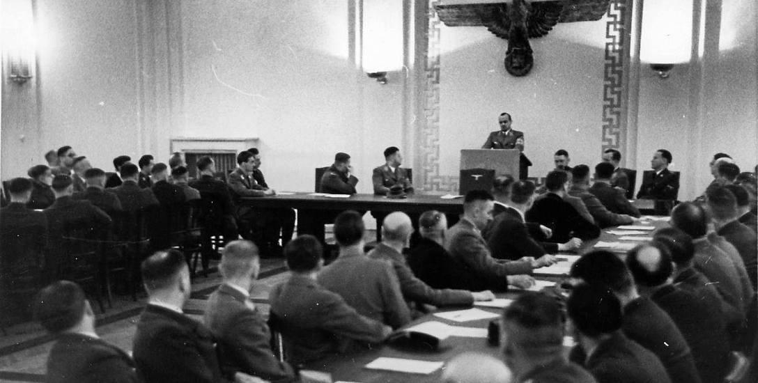 """Gubernator Hans Frank przemawia w kamienicy """"Pod Krukami""""."""