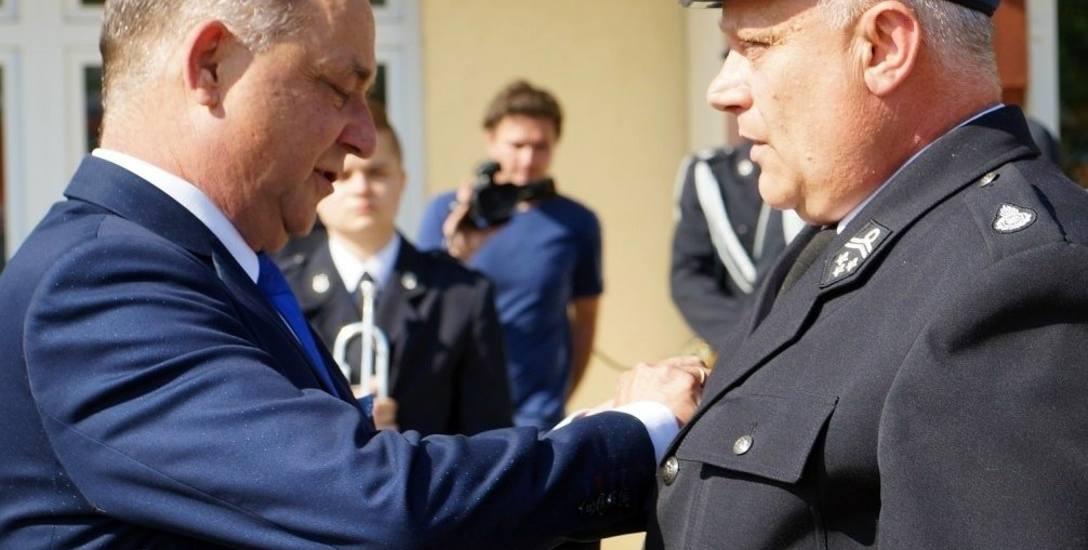 Marek Pławiak, starosta nowosądecki chętnie wręcza tzw. Jabłka Sądeckie. Na zdjęciu odznacza druhów OSP z okazji Dnia Strażaka