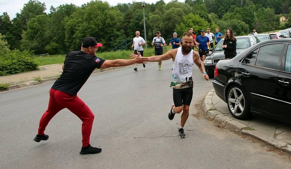 Film do artykułu: Zrobił to! Tomasz Jezierski ze Skarżyska-Kamiennej pokonał 100 mil. Biegł całą noc! [ZDJĘCIA]