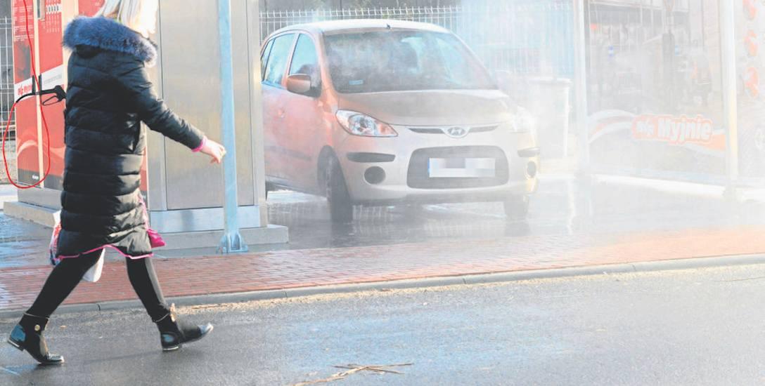 Wszyscy piesi obchodzą teraz myjnię samochodową szerokii łukiem, korzystają z jezdni