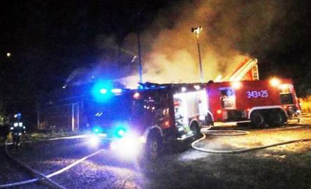 10 straży pożarnych 12 godzin gasiło płonącą stolarnię [ZDJĘCIA]