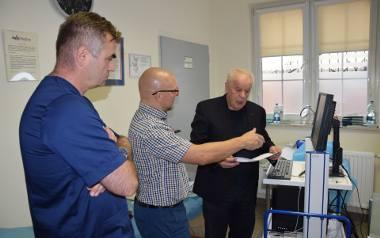Prof. Detlef Schikora wyjaśnia szczegóły, dotyczące nowej metody diagnostycznej, doktorom Marcinowi Napierale (onkolog kliniczny) i Miłosławowi Bembenowi