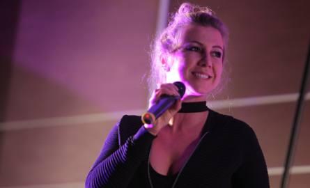 Wokalistka Happy Jazz Band Ewelina Maciorowska podczas koncertu