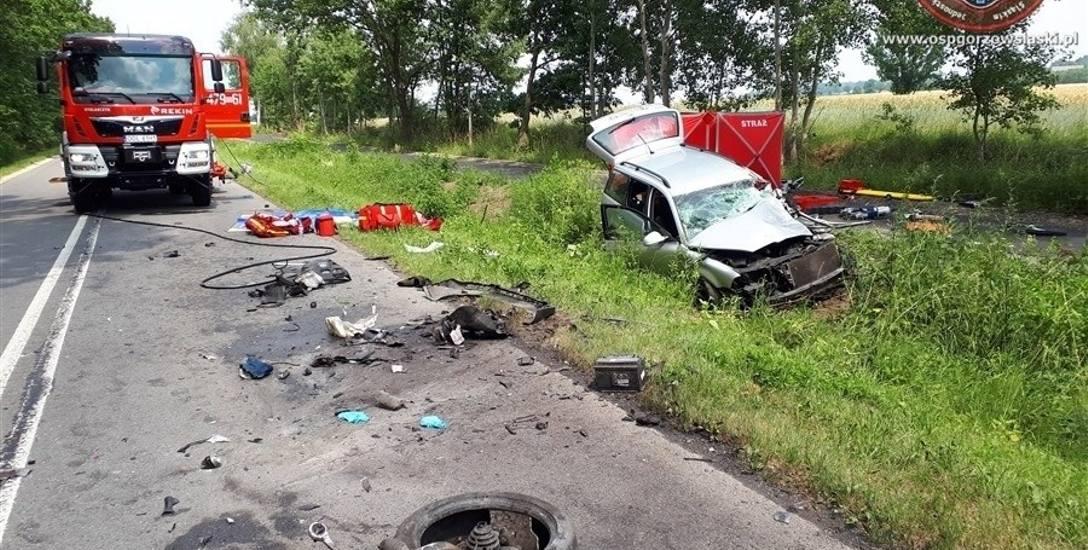 Tragiczny wypadek w Kozłowicach z 21 czerwca. 43-letnia kobieta kierująca volkswagenem passatem zginęła na miejscu