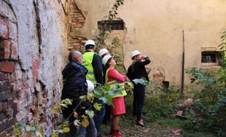 W poniedziałek od rana gorąca atmosfera z zamku przeniosła się kilkaset metrów dalej, do Urzędu Miejskiego w Żarach. Przewodniczący rady miejskiej Marian