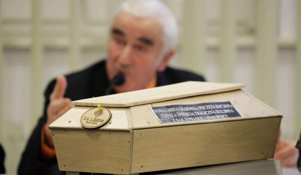 Film do artykułu: Grabówka vs Radosław Dobrowolski. Trumna i taczka dla burmistrza (zdjęcia, wideo)