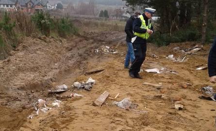 Deski, gruzi inne odpady zalegały na drodze. Ludzie sprzątali . Myśleli, że wyrzuciła je gmina. Okazało się, że to jeden z mieszkańców.