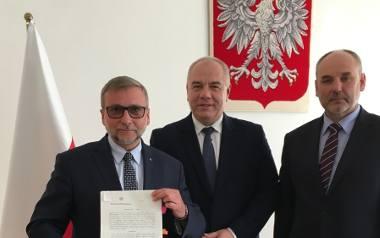 W uroczystości nadania koncesji wzięli udział (od lewej) Tomasz Śledź - zastępca prezesa JSW,  wicepremier Jacek Sasin i Piotr Dziadzio - sekretarz stanu