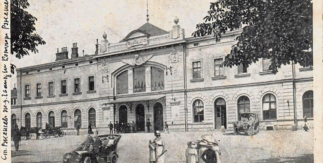 Galicyjski dworzec rzeszowski na starej pocztówce. Formą nawiązywał do pałacu miejskiego