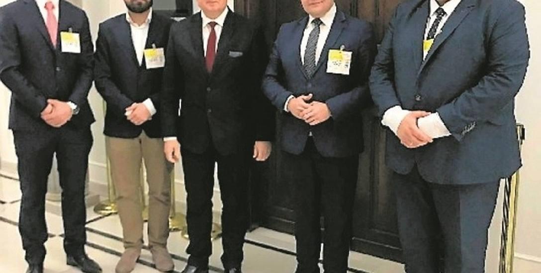 Wiesław Janczyk (w środku) poparł pomysł Klubu Jagiellońskiego, ale zagłosował przeciw poprawce ustawy, bo zgłosiła ją opozycja