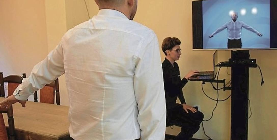 Wirtualne metody rehabilitacji w szpitalu MSWiA. Dzięki komputerowi pacjent widzi na ekranie dwie zdrowe ręce.