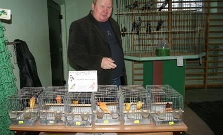 Stanisław Kaczmarczyk hoduje kanarki i egzotyczne ptaki.