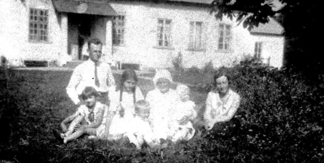 Witold Pilecki, bratanek Salomei, przed rodzinnym dworem w Sukurczach