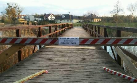 """Mostek łączący brzegi jeziora był jedną z atrakcji naszego Podzamcza.  """"Był"""", bo z powodu stanu technicznego został zamknięty.  Przed kilkoma dniami"""