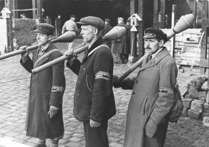 """Niemcy z Panzerfaustami. Broń tego rodzaju w dużych ilościach wydawana była członkom Batalionu """"Hempel""""."""