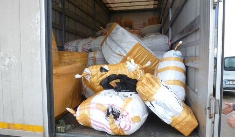 Film do artykułu: Świebodzin. Zamiast piekarników, frytkownic, firan i obrusów znaleziono podróbki odzieży warte prawie 14 mln zł