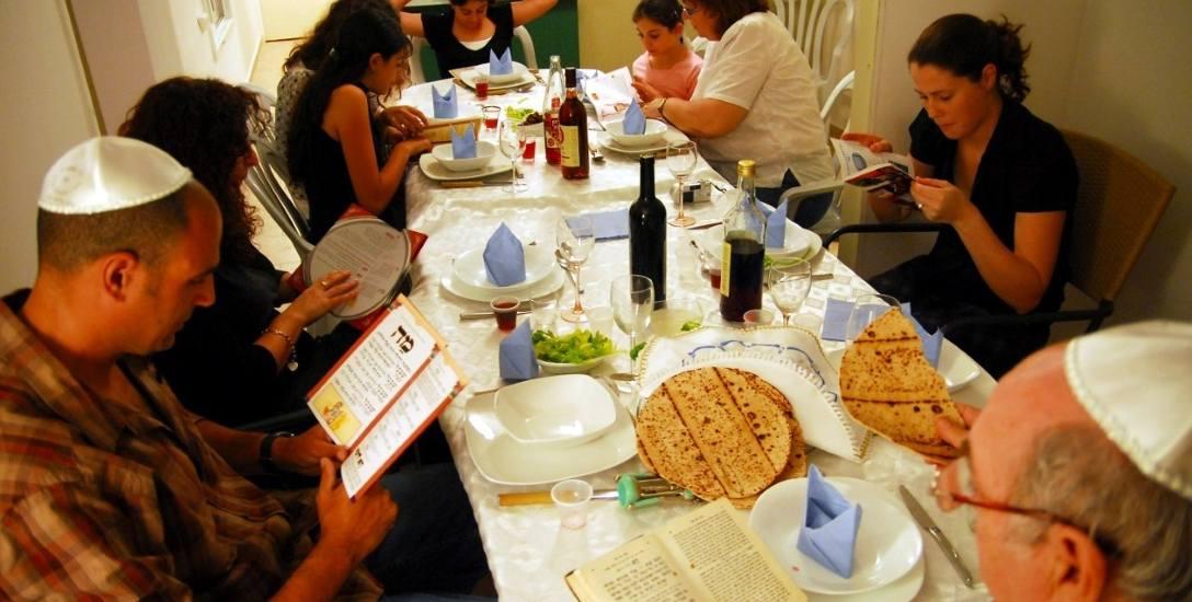 Szabat zaczyna się w piątek po zachodzie słońca. Żydzi mają wtedy świętować razem z przyjaciółmi i rodziną