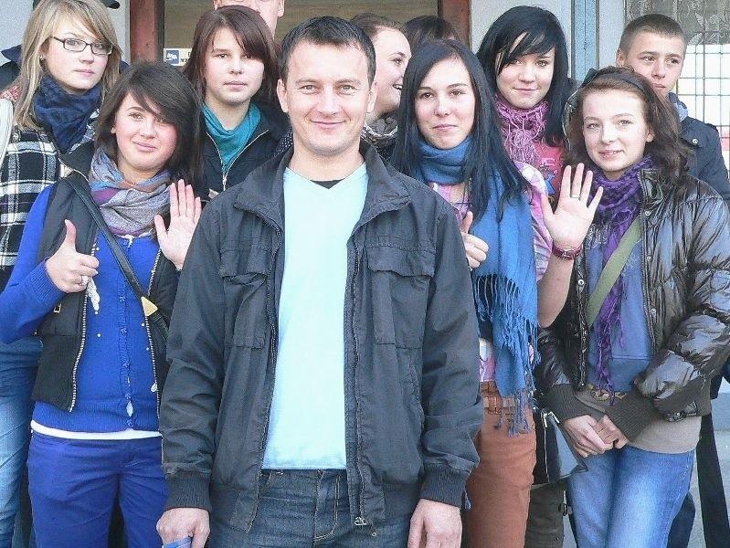 Adam Konderak był jedynym mężczyzną w gronie opiekunów. - Jest na szóstkę! - przekonują gimnazjalistki z Topoli.
