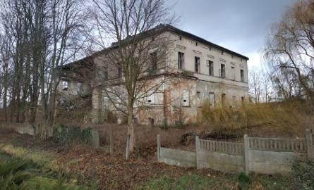 Jeszcze kilkanaście lat temu pałac w Kosierzu wyglądał, jakby potrzebny był mu jedynie drobny remont . A teraz? Zobaczcie sami.Przez lata narzekaliśmy,