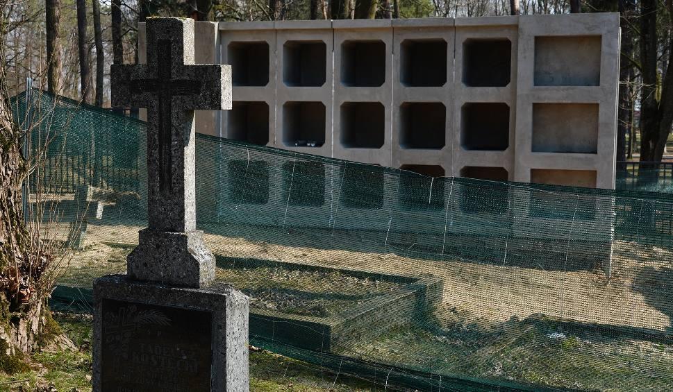 Film do artykułu: Na cmentarzu wojskowym w Białymstoku trwa budowa kolumbariów. Prace mają się zakończyć jeszcze w tym roku [ZDJĘCIA, WIDEO]
