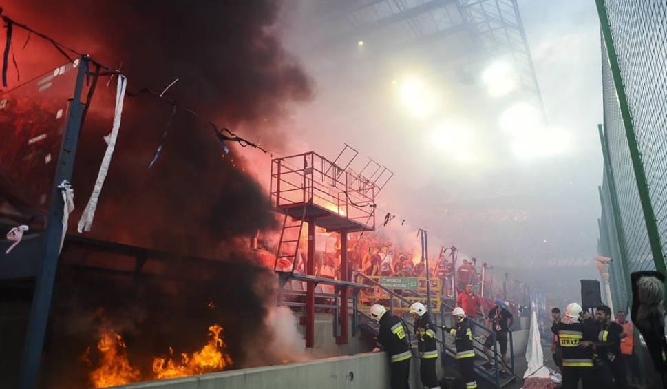 Film do artykułu: Race i pożar na stadionie Wisły. Interweniowała straż pożarna [ZDJĘCIA]