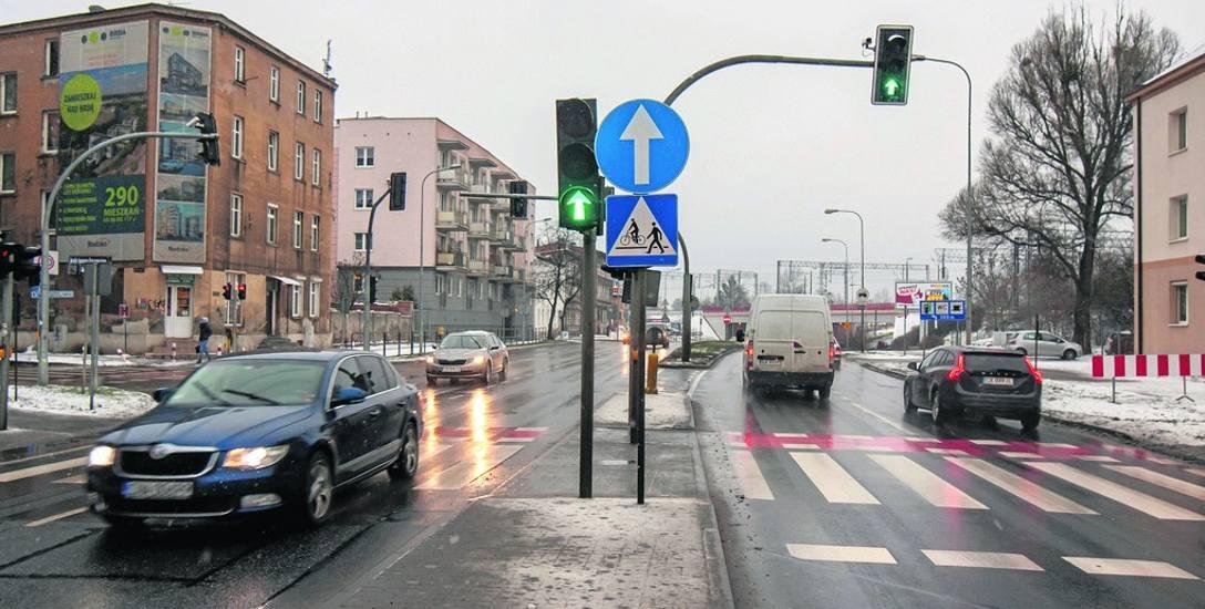 Niektórzy narzekają na brak możliwości skrętu w lewo z ul. grunwaldzkiej w ul. kraszewskiego. Drogowcy są zdania, że przebudowa skrzyżowania wpłynęła