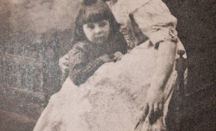 """Zofia Karnicka z synem Borysem - 1910 r. Zdjęcie pochodzi z książki Borysa Karnickiego pt. """"Marynarski worek wspomnień"""", MON, 1987"""