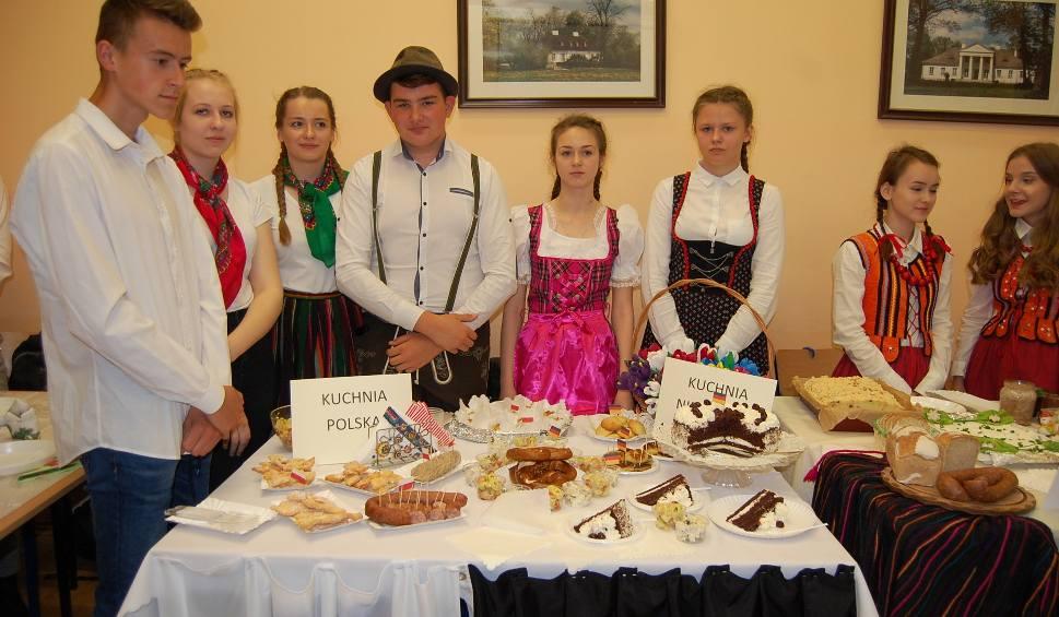 Film do artykułu: XV Powiatowy Piknik Europejski w szkole średniej w Łopusznie z wieloma atrakcjami. Gimnazjaliści mieli okazję poczuć klimat placówki