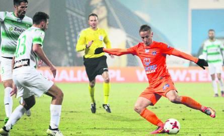 Pomocnik Bruk-Betu Termaliki Vlastimir Jovanović (przy piłce) w meczu z Lechią Gdańsk doznał urazu oka