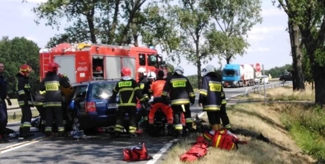 W niedzielne popołudnie (23 czerwca) w zderzeniu bmw i volkswagena passata na drodze krajowej nr 41 w okolicy Wierzbięcic pod Nysą zginęły dwie osoby,