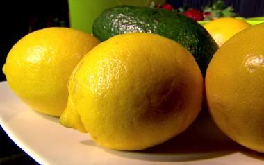 Dlaczego warto pić wodę z cytryną? [SPRAWDŹ]
