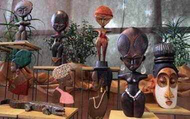 W palmiarni można oglądać rytualne maski i figurki afrykańskie wykonane przez rzeźbiarza Zbigniewa Błońskiego