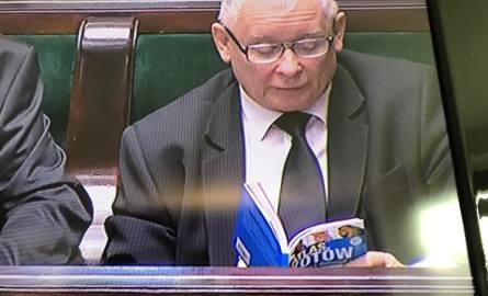 Prezes Kaczyński czyta w Sejmie atlas kotów w czasie głosowań o Sądzie Najwyższym i KRS