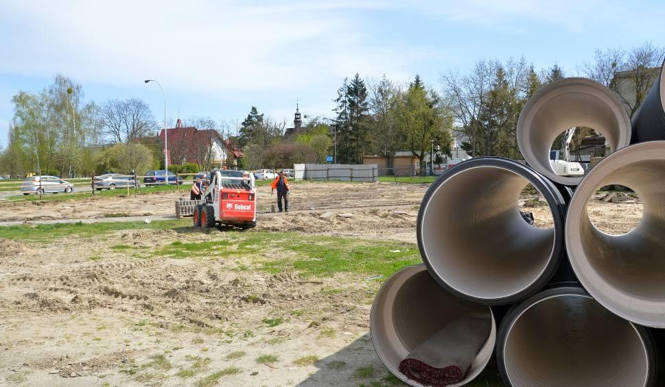 Film do artykułu: Stalowa Wola. W centrum miasta powstaje nowy parking