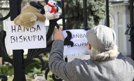 Sprawa pedofilii w Kościele. Protest przed lubelską kurią [ZDJĘCIA]
