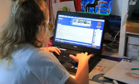 Dzieci spędzają czas w internecie nawet późnym wieczorem. Potem nie mogą zasnąć i rano budzą się zmęczone