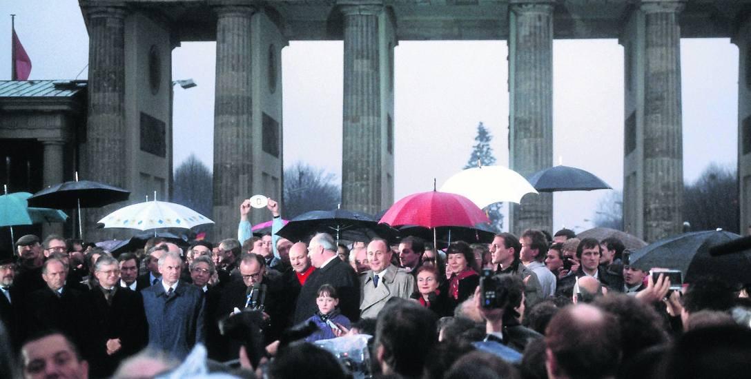 22 grudnia 1989. Politycy z obu państw niemieckich z premierem Modrowem i kanclerzem Kohlem na czele pod Bramą Brandenburską