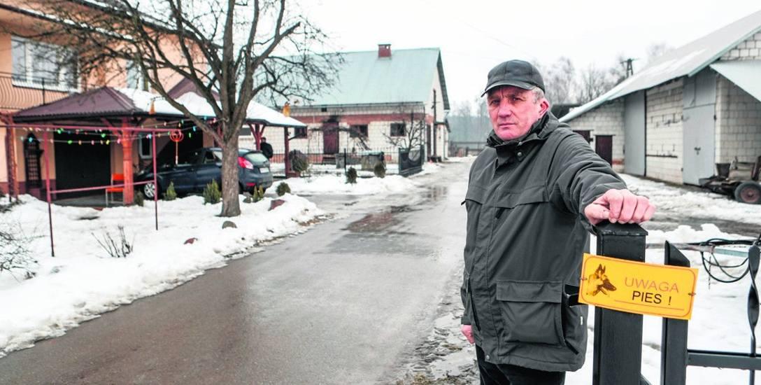 Stanisław Piróg: - Droga, która biegnie przez moje podwórko, nie ma nic wspólnego z drogą publiczną, oprócz asfaltu.