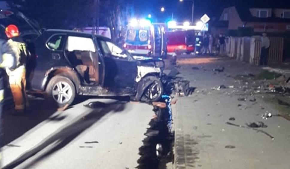 Film do artykułu: Groźny wypadek w Skaryszewie. Zderzenie busa i BMW. Kierowca busa wypadł przez przednią szybę, BMW ścięło ogrodzenie [zdjęcia]