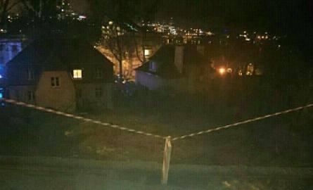 Osunęła się skarpa z częścią drogi w Gdyni. Ewakuowano 14 osób! [ZDJĘCIA]