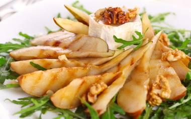 Grillowana gruszka z kremowym serem i chrupiącym, orzechowym akcentem.