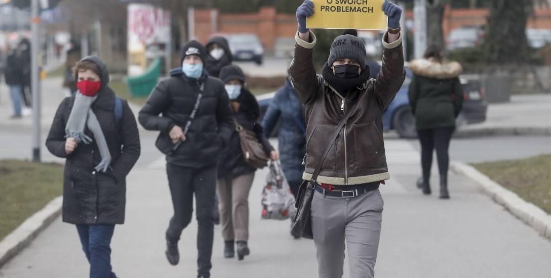 """Popołudniami na rzeszowskich ulicach można spotkać Szymona (na zdjęciu), z tabliczką z hasłem """"Porozmawiajmy o swoich problemach""""."""