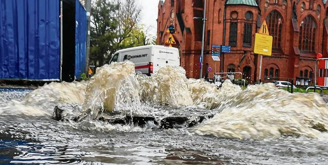 Niekiedy wystarczył krótkotrwały, ale intensywny deszcz, by plac kościeleckich był spektakularnie zalewany przez deszczówkę. Za dwa lata ma być to tylko