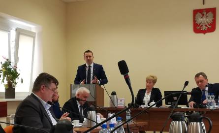 Poseł Michał Cieślak podczas sesji Rady Miejskiej w Busku-Zdroju.