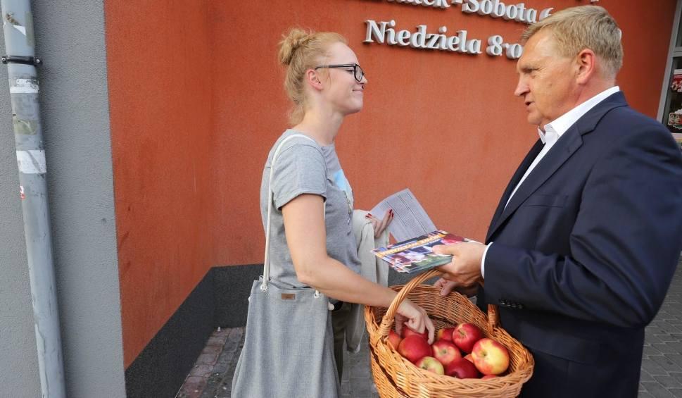 Film do artykułu: Wybory samorządowe 2018. Tadeusz Truskolaski rozpoczyna kampanię i rusza na osiedla z jabłkami i ulotkami