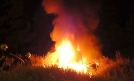 Spalił się samochód na krzyżówce dróg Gorzów - Kostrzyn (zdjęcia Czytelnika)