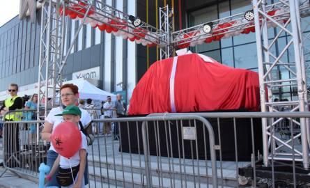 Odnowiony fiat 126p dla Toma Hanksa stoi już przed bielskim Centrum Handlowym Gemini Park